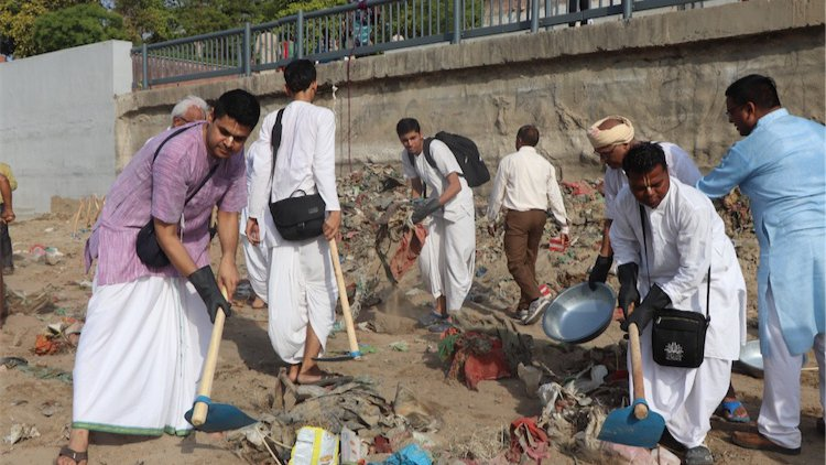 live_mint_photo_-_iskcon_devotees_clean_the_banks_of_the_sabarmati_river_in_ahmedabad_slideshow.jpg?profile=RESIZE_710x